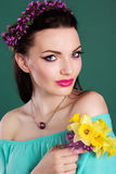 La muchacha bonita con las flores púrpuras enrruella en pelo Imagen de archivo