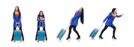 La muchacha bonita con la maleta aislada en blanco imagen de archivo