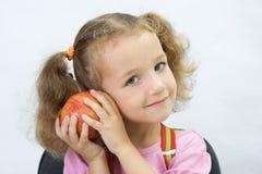 La muchacha bonita con una manzana Imagenes de archivo