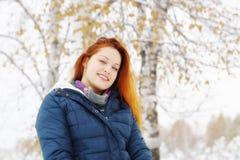 La muchacha bonita del pelirrojo feliz se relaja en el parque del invierno Foto de archivo libre de regalías