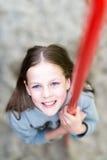 La muchacha bonita divertida sonriente joven del inconformista está llevando el gris caliente bl Imágenes de archivo libres de regalías