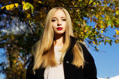 La muchacha bonita está llevando la capa negra del invierno Imágenes de archivo libres de regalías