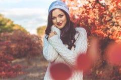 La muchacha bonita está llevando la ropa blanca hecha punto del invierno Foto de archivo