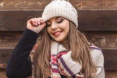 La muchacha bonita está llevando la ropa caliente del invierno Foto de archivo