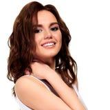 La muchacha bonita está sonriendo a usted Imagen de archivo libre de regalías