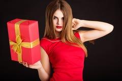 La muchacha bonita está sosteniendo la caja de regalo, tiempo de la Navidad Foto de archivo libre de regalías