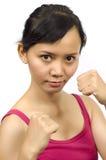 La muchacha bonita hace postura tailandesa del boxeo Foto de archivo libre de regalías