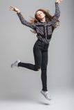 La muchacha bonita joven salta y se eleva Imagenes de archivo