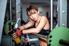 La muchacha bonita joven se resuelve en el gimnasio Imagen de archivo