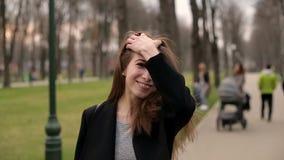 La muchacha bonita joven sonríe feliz en la cámara, cierre para arriba, cámara lenta metrajes