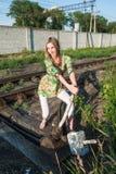 La muchacha bonita lanza el interruptor ferroviario Foto de archivo libre de regalías