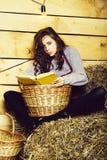 La muchacha bonita lee el libro foto de archivo