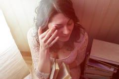 La muchacha bonita lee un libro por la luz de la lámpara Visión de arriba hacia abajo Imágenes de archivo libres de regalías