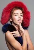 La muchacha bonita lleva la estola de piel Imagen de archivo libre de regalías