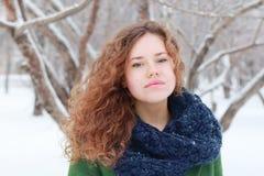 La muchacha bonita mira la cámara al aire libre en el día de invierno Foto de archivo