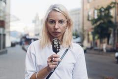 La muchacha bonita poco convencional come el helado Foto de archivo
