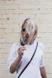 La muchacha bonita poco convencional come el helado Imagen de archivo