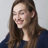 La muchacha bonita 20s que se goza en el cierre observa Imagen de archivo libre de regalías