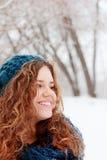 La muchacha bonita sonríe y considera lejos el día de invierno Imágenes de archivo libres de regalías
