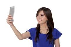 La muchacha bonita toma una imagen usando su teléfono Fotos de archivo libres de regalías