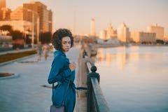 La muchacha brasileña en derss azules acerca al río Fotografía de archivo libre de regalías