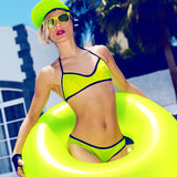 La muchacha brillante DJ de la moda en verano caliente de la piscina va de fiesta estilo Fotografía de archivo