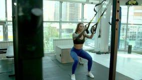 La muchacha calienta antes de ejercicio almacen de video