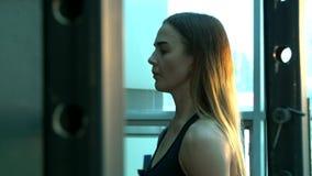 La muchacha calienta antes de ejercicio almacen de metraje de vídeo