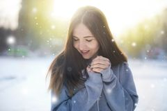 La muchacha camina abajo de la calle en invierno Fotos de archivo libres de regalías