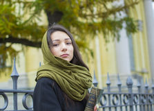 La muchacha camina abajo de la calle con un libro Fotos de archivo libres de regalías