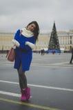 La muchacha camina alrededor de la ciudad Fotografía de archivo libre de regalías