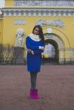 La muchacha camina alrededor de la ciudad Foto de archivo libre de regalías