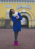La muchacha camina alrededor de la ciudad Imagen de archivo libre de regalías