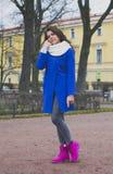 La muchacha camina alrededor de la ciudad Fotos de archivo libres de regalías