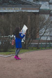 La muchacha camina alrededor de la ciudad con el mapa Fotografía de archivo libre de regalías
