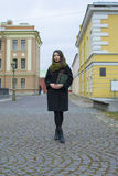 La muchacha camina alrededor de la ciudad, con un libro Imágenes de archivo libres de regalías