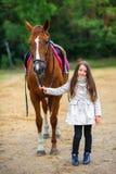 La muchacha camina con su caballo querido Fotografía de archivo