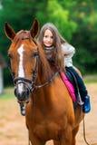 La muchacha camina con su caballo querido Foto de archivo