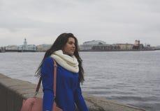 La muchacha camina el río Fotografía de archivo