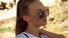 La muchacha camina en la acrópolis del griego clásico almacen de metraje de vídeo