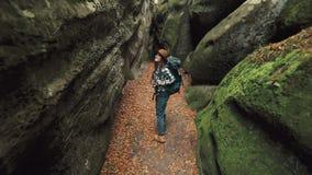 La muchacha camina en cueva metrajes