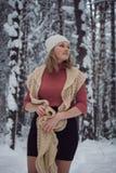 La muchacha camina en el bosque del invierno Fotografía de archivo libre de regalías