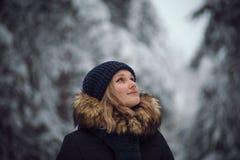 La muchacha camina en el bosque del invierno Fotos de archivo libres de regalías