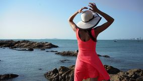 La muchacha camina en las rocas por el mar Facilidad, disfrute metrajes