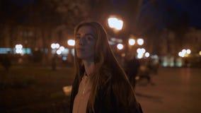 La muchacha camina en la noche en la ciudad metrajes