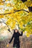 La muchacha camina en parque hermoso del otoño Foto de archivo