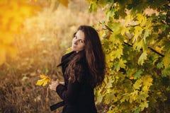 La muchacha camina en parque hermoso del otoño Fotos de archivo