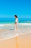 La muchacha camina a lo largo del mar Fotos de archivo libres de regalías