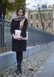 La muchacha camina a través de la ciudad antigua Imágenes de archivo libres de regalías