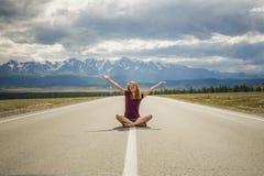 La muchacha, camino, montañas Foto de archivo